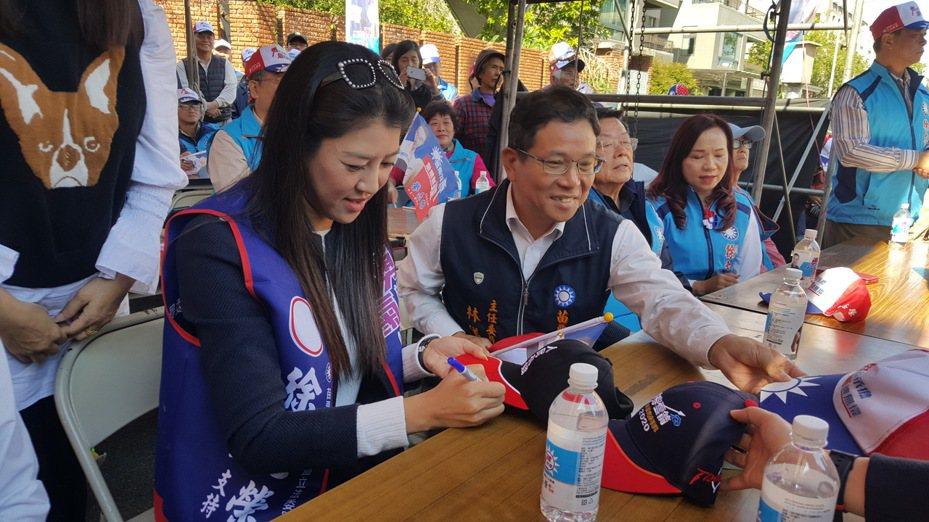 「神力女超人」立委許淑華上午到徐志榮公館競總成立大會,一現身就吸引民眾目光,爭相拍照、合影、簽名。記者胡蓬生/攝影
