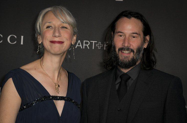 基努李維(右)與女友亞莉珊卓.葛蘭特11月2日出席在洛杉磯藝術博物館舉辦的藝術與...