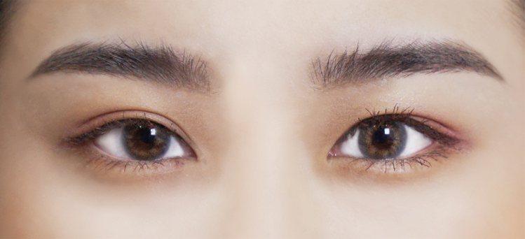「野生眉」是近來流行的眉妝,重點在於立體蓬鬆的毛流感。圖/KISSME花漾美姬提...