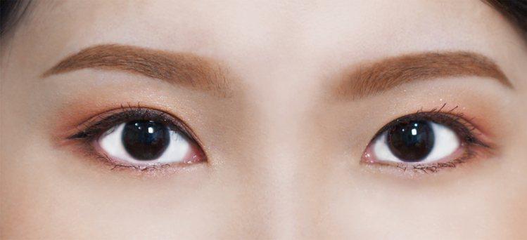 「微峰眉」的眉峰柔和、眉尾輕輕上挑,適合額頭較寬的方形臉、心形臉等。圖/KISS...