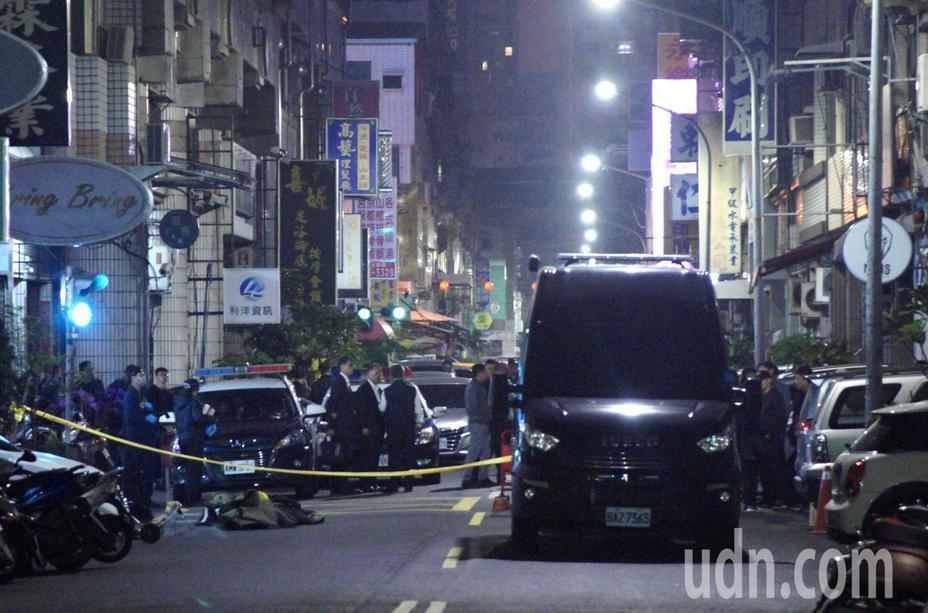 警方圍捕炸彈客,將防爆車開到攻堅管制區,氣氛一片肅殺。記者林保光/攝影