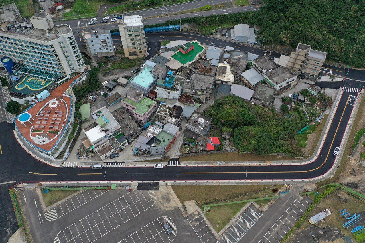 龜吼漁港周邊12公尺計畫道路,全長約220公尺,車道寬度為3.5公尺、人行道約1...