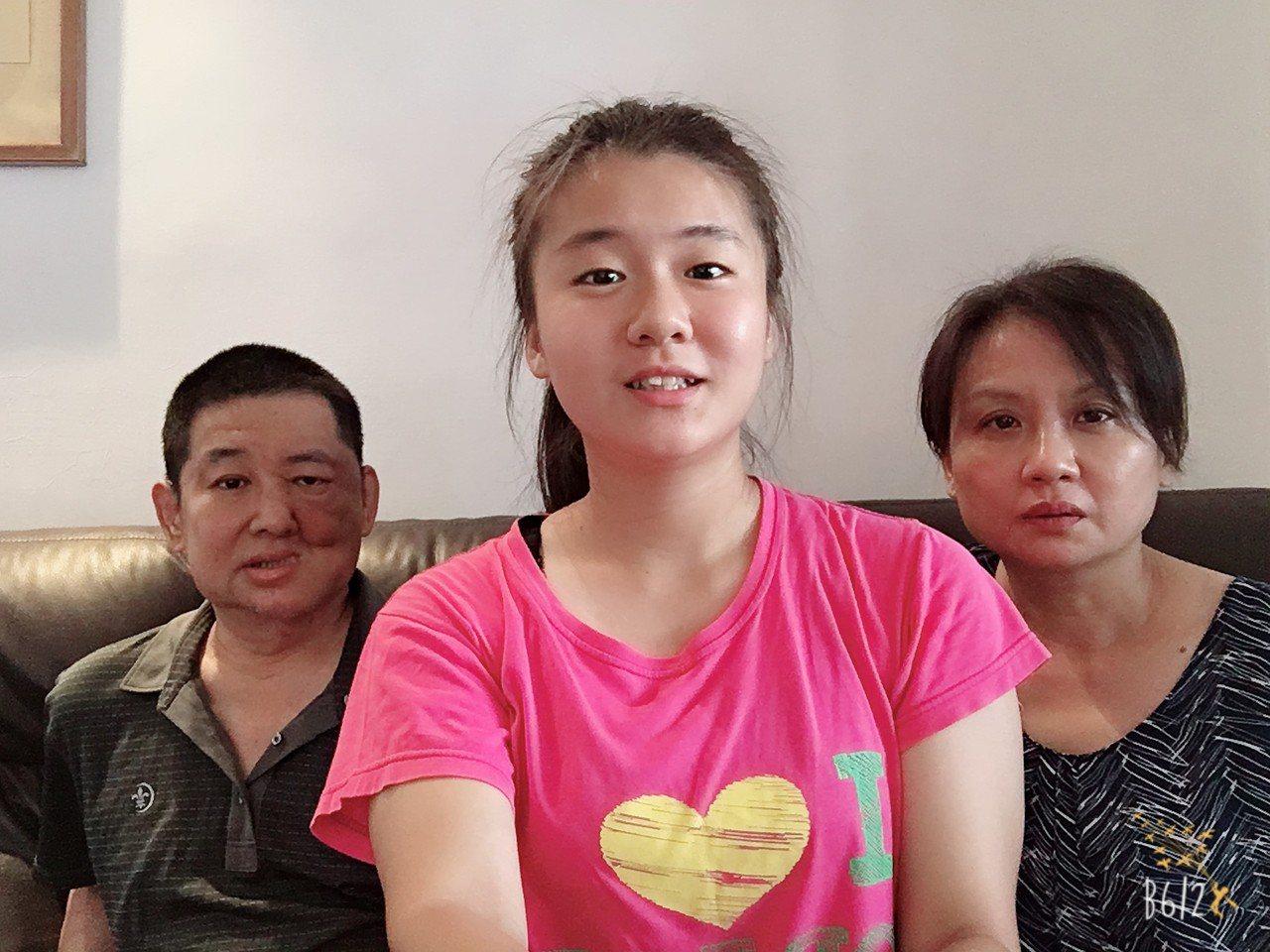 今年就讀馬偕醫學院護理學系四年級的王凌婕(中),都不敢想口腔癌末期的爸爸(左)還...