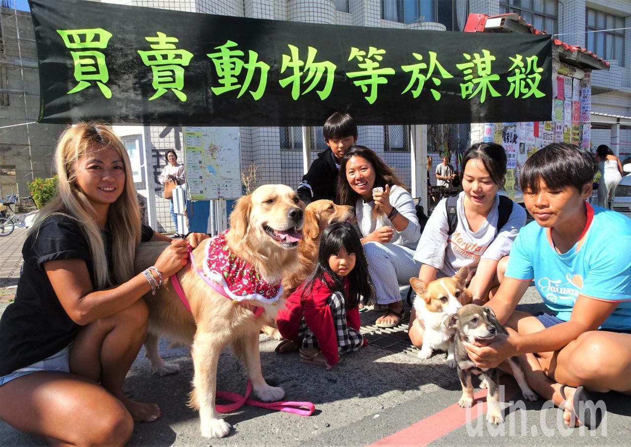 屏東恆春半島一群愛動物的人士今天舉辦愛心義賣市集,因懸掛「買賣動物等於謀殺」布條...