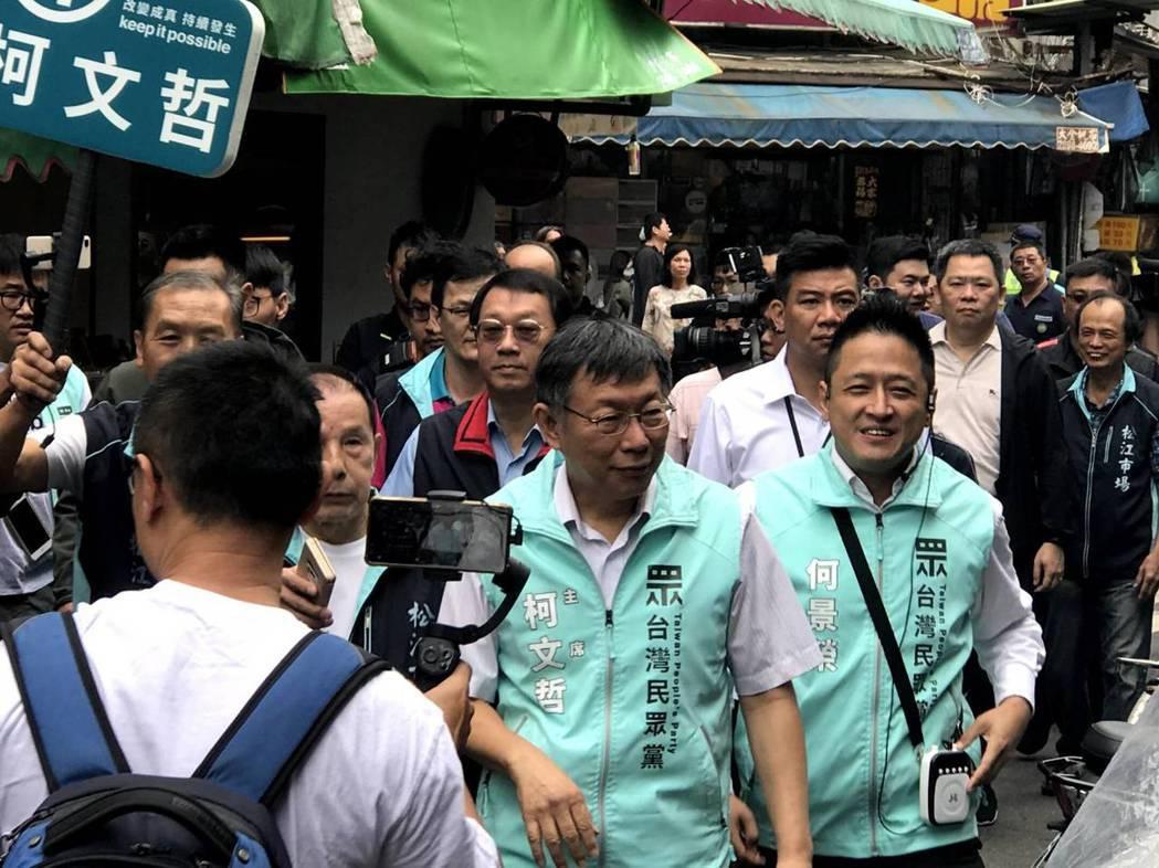 民眾黨主席柯文哲陪立委候選人何景榮掃街。記者楊正海/攝影