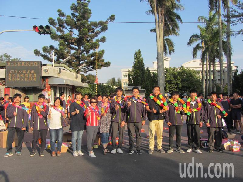 北港農工參加全國農科技藝競賽,師生載譽返校,受到英雄式歡迎。記者蔡維斌/攝影