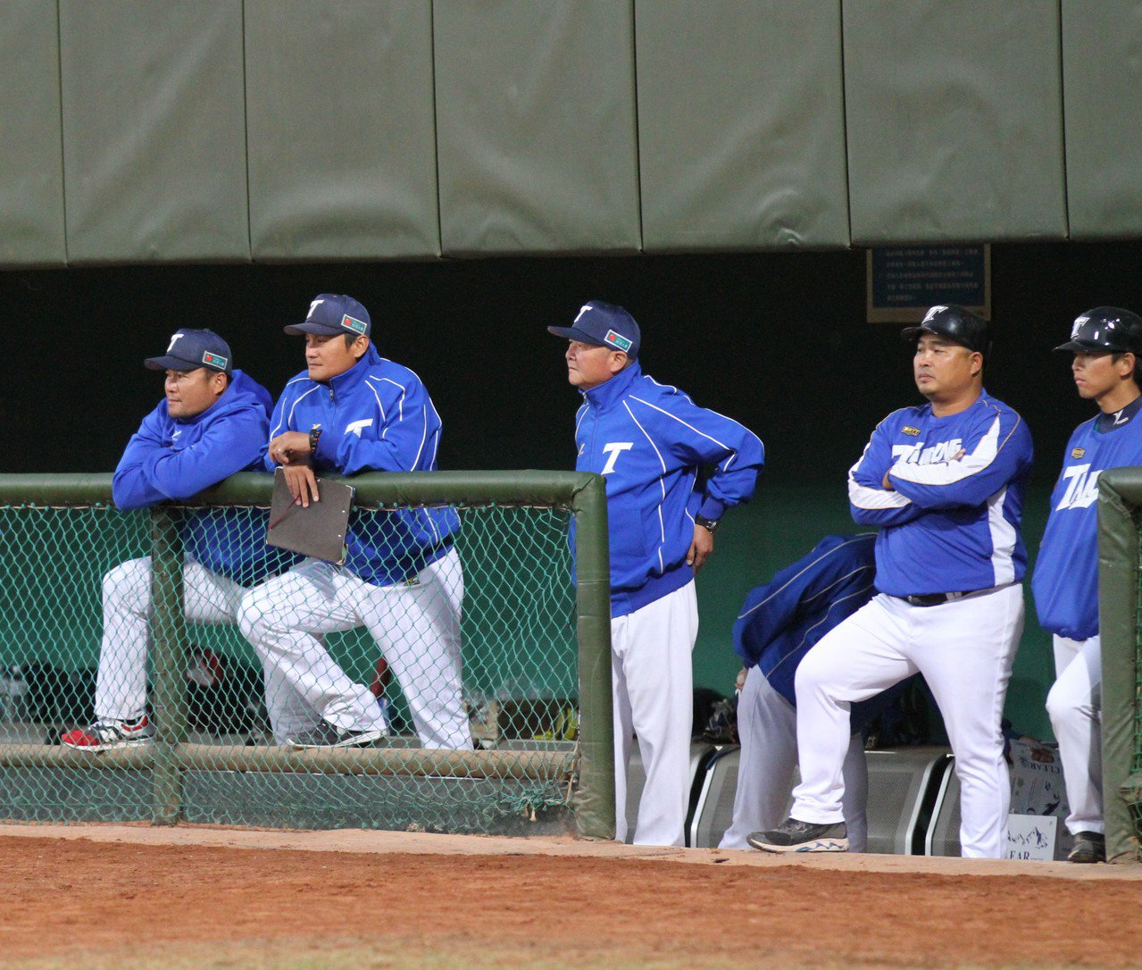 鄭達鴻(左一)、林英傑(左二)卸下球員身份後,在台壽保指導年輕選手。圖/台壽保提...