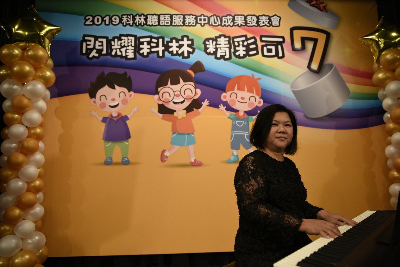 君萍(圖)兩年前因為突發性耳聾,喪失雙耳聽力,無奈放棄她鍾愛的鋼琴教學工作、蓋上...