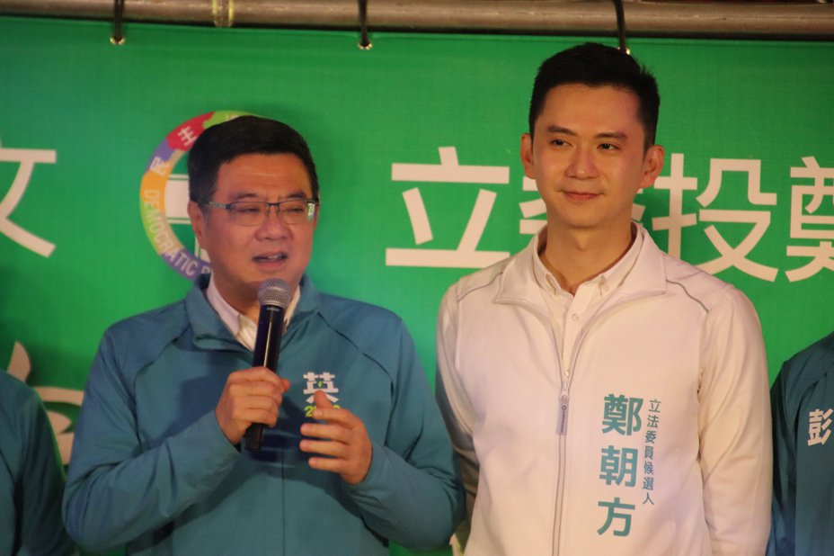 民進黨主席卓榮泰(左)今天上午出席新竹縣第2選區立委候選人鄭朝方(右)舉辦的護國保台勝選大會。記者陳斯穎/攝影