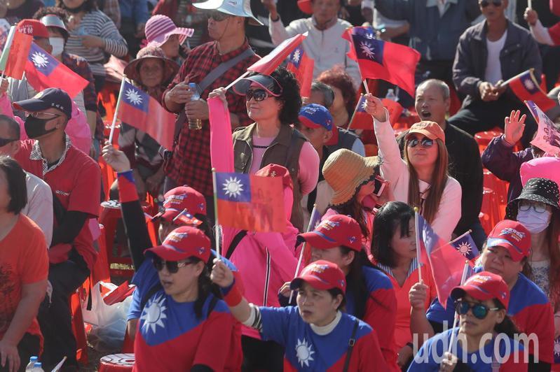 國民黨總統候選人韓國瑜彰化聯合競選總部成立,吸引了許多支持者到場參加,並揮舞國旗。記者黃仲裕/攝影