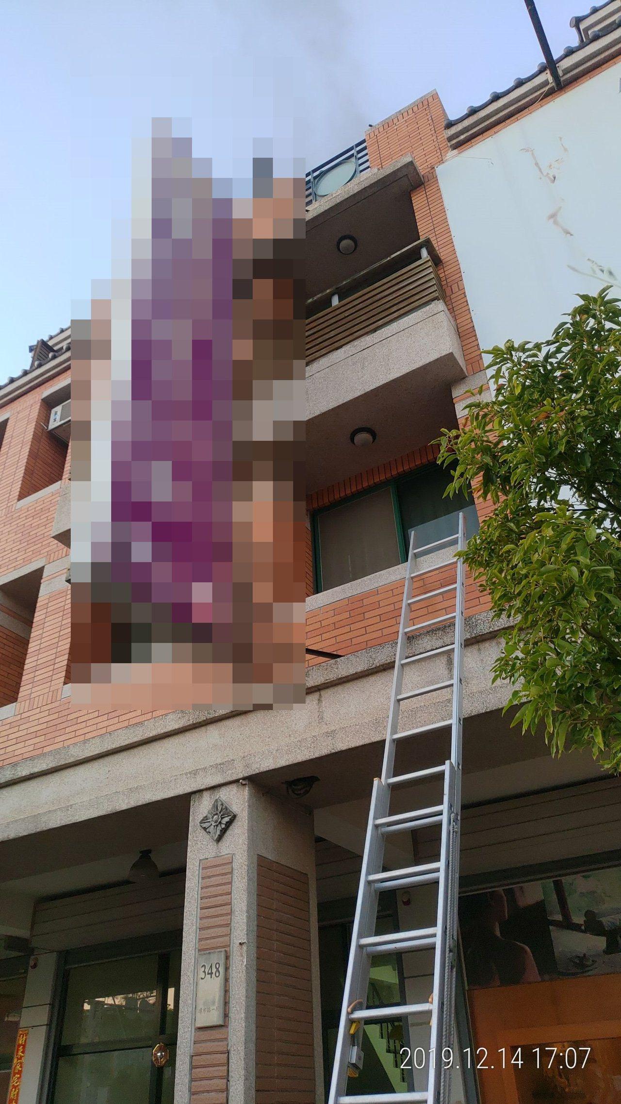 苗栗縣竹南鎮環市路一段1幢4樓住宅下午近5點時傳出火警,一對母子受困從頂樓被救出...