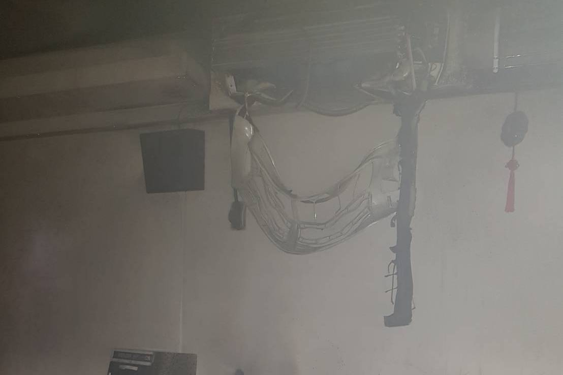 冷氣掉落引發火警?苗栗竹南4樓住宅救出2人