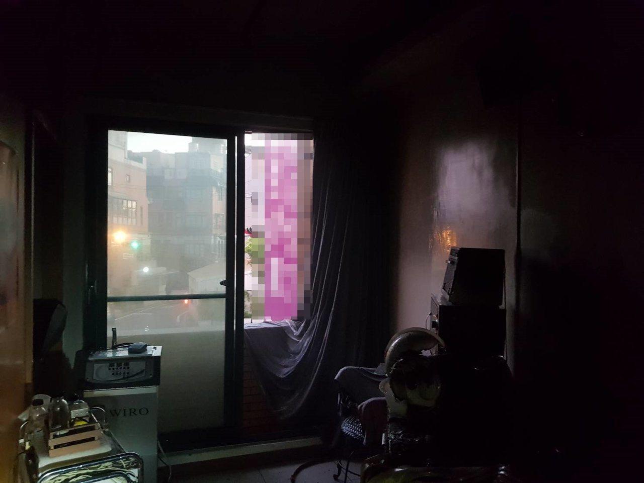 苗栗縣竹南鎮環市路一段1幢4樓住宅下午近5點時傳出火警,疑因冷氣故障引發火勢,原...