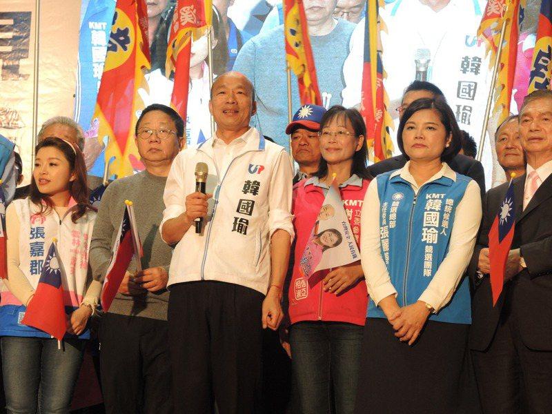 國民黨總統候選人韓國瑜(左三)今天在雲林造勢,支持者展現雲林人挺雲林人的熱情,主辦單位估計現場超過一萬人。記者陳雅玲/攝影