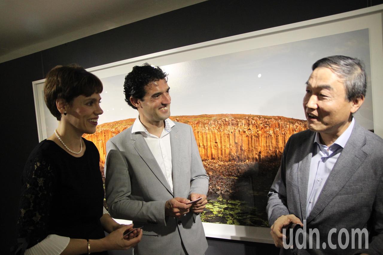 西班牙石雕藝術家薩爾瓦多‧馬可(左二)在台中市現代畫廊舉辦石雕和攝影展,副秘書長...