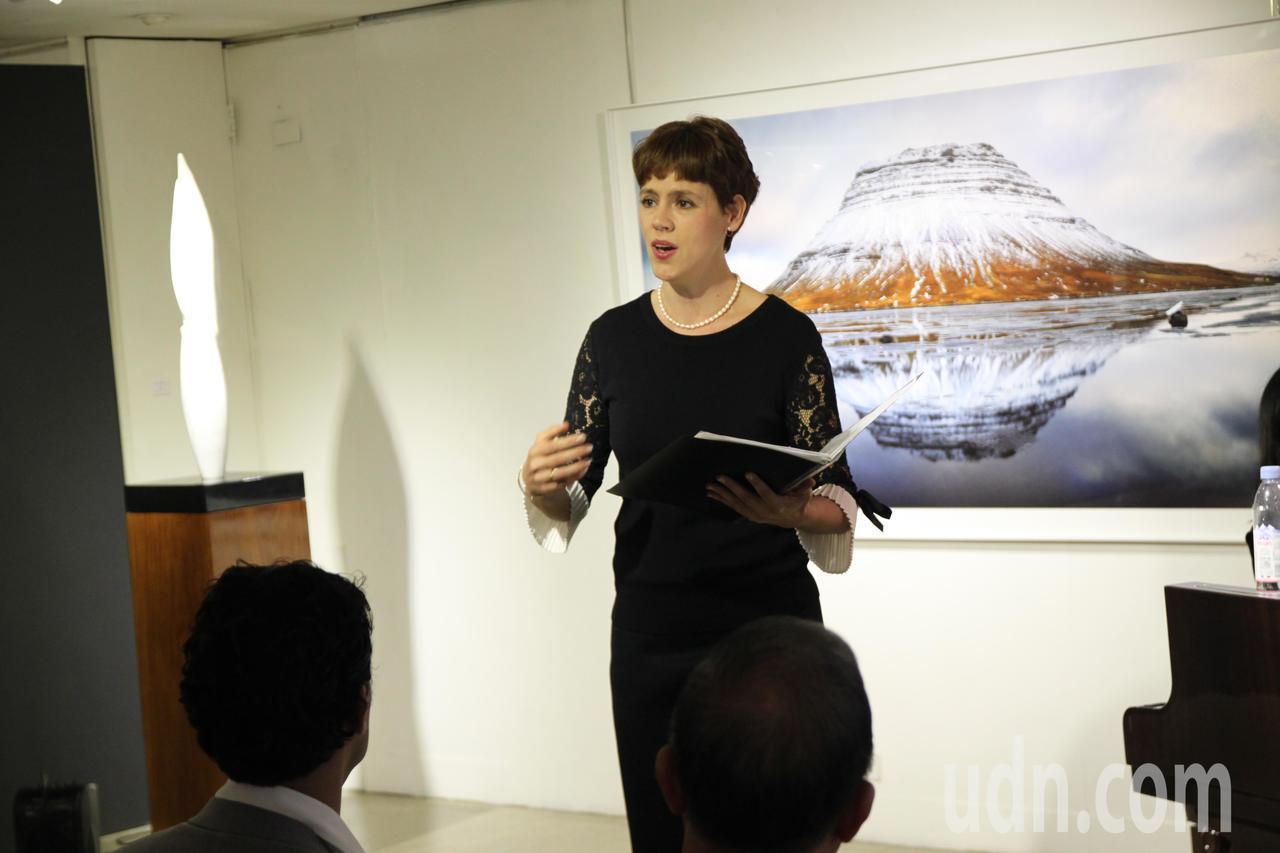 西班牙石雕藝術家薩爾瓦多‧馬可的妻子露易莎在展出前唱了3首歌,為這次的展出揭開序...