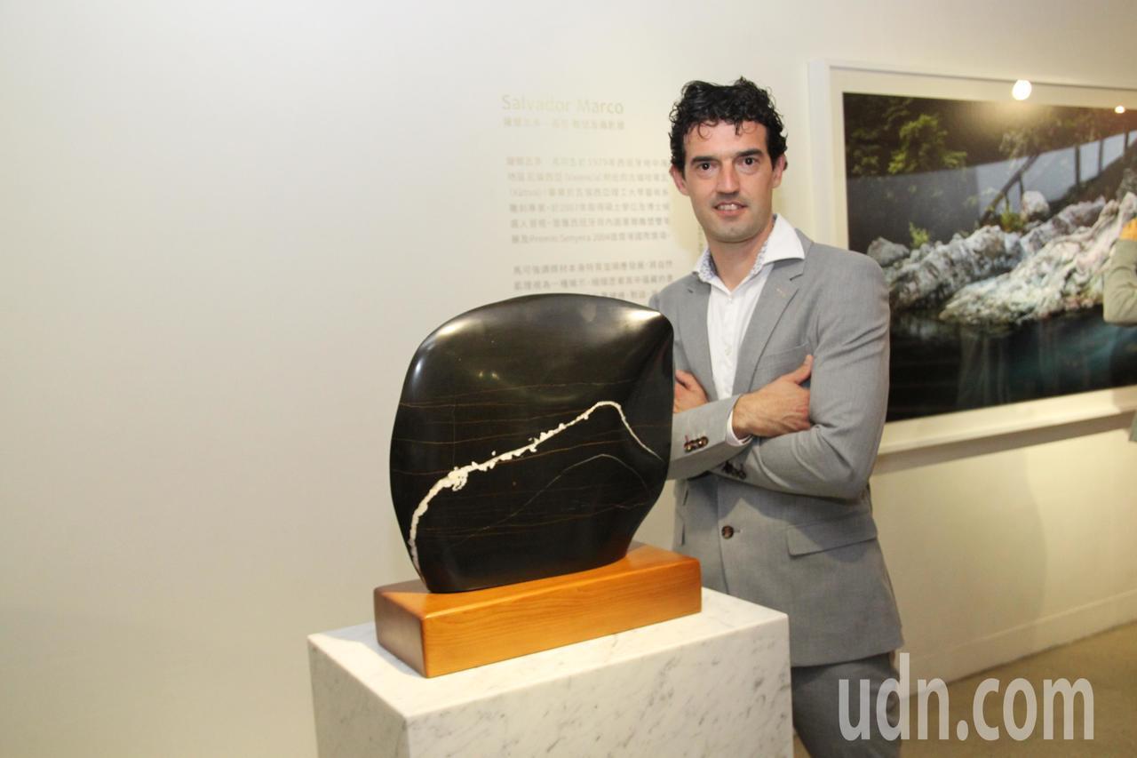 西班牙石雕藝術家薩爾瓦多‧馬可和他的石雕創作。記者黃寅/攝影