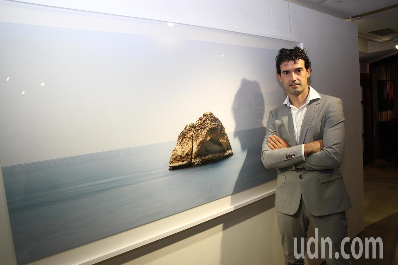 西班牙石雕藝術家薩爾瓦多‧馬可和他在屏東枋山的攝影作品。記者黃寅/攝影