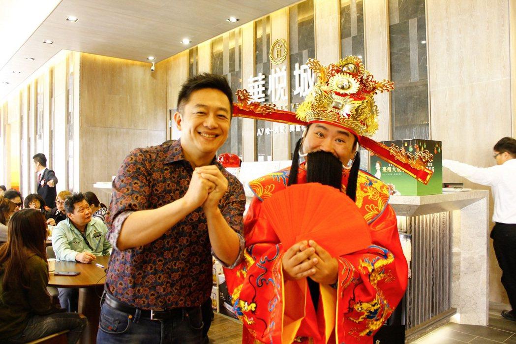 陳昭榮(左)和爆爆一起為房地產建案直播送紅包  圖/翰成數位直播提供