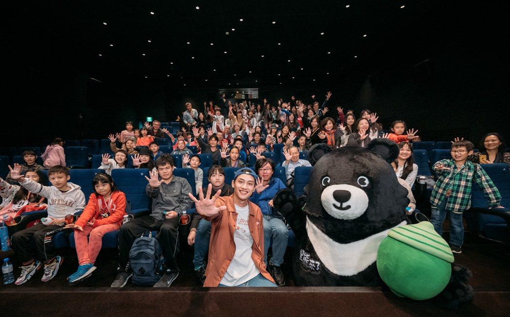 金馬獎最佳新人范少勳出席「黑熊來了」慈善公演,並與全場觀眾合照。圖/牽猴子提供