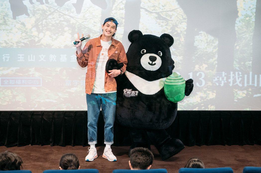 金馬獎最佳新人范少勳出席「黑熊來了」慈善公演,與片中主角「熊吉拉」相見歡。圖/牽