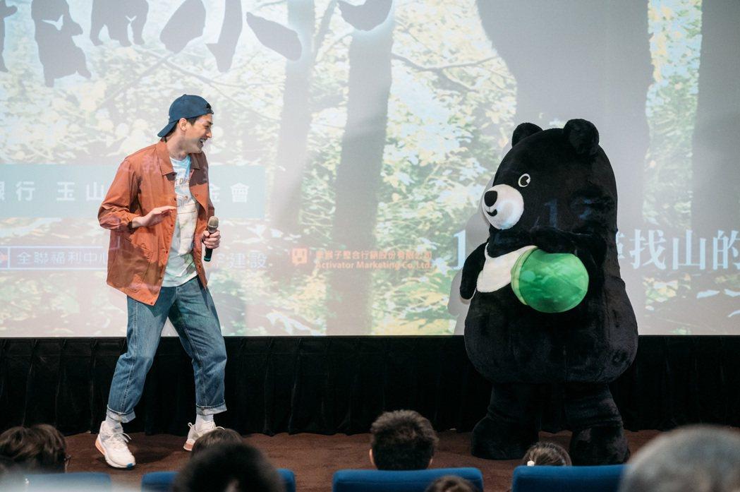 金馬獎最佳新人范少勳出席「黑熊來了」慈善公演,與片中主角「熊吉拉」相見歡。圖/牽...