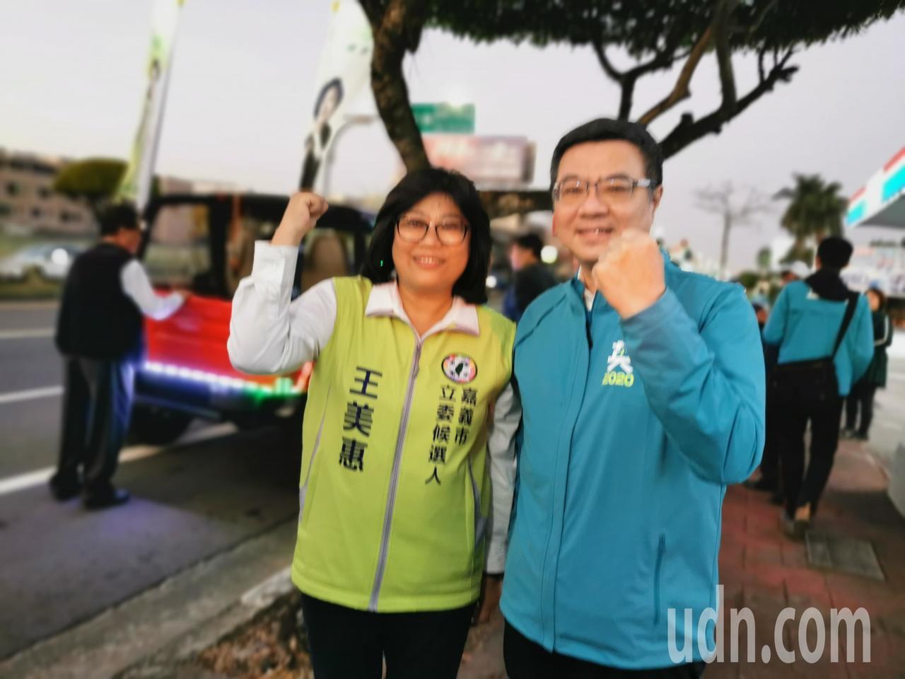 卓榮泰和王美惠今天在嘉義市掃街拜票。記者卜敏正/攝影