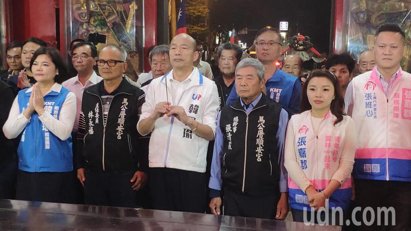 國民黨總統候選人韓國瑜(中)與雲林立委候選人張嘉郡(右二)、雲林縣長張麗善(左一)等人到土庫鎮順安宮參拜。記者李京昇/攝影