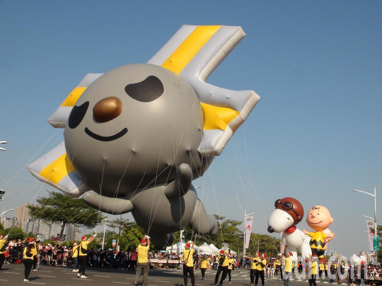 「OPEN!大氣球遊行」今年邁入第14屆,今天有20組卡通大氣球,有史奴比、查理...