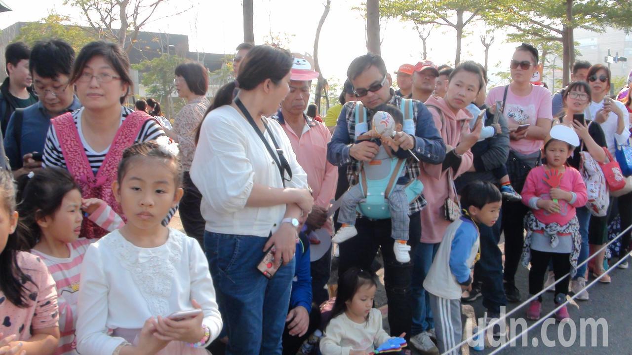 許多家長帶著孩子到高雄夢時代欣賞大氣球遊行。記者謝梅芬/攝影