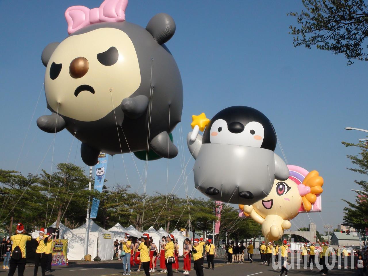 「OPEN!大氣球遊行」今年邁入第14屆,今天有20組卡通大氣球。記者謝梅芬/攝...