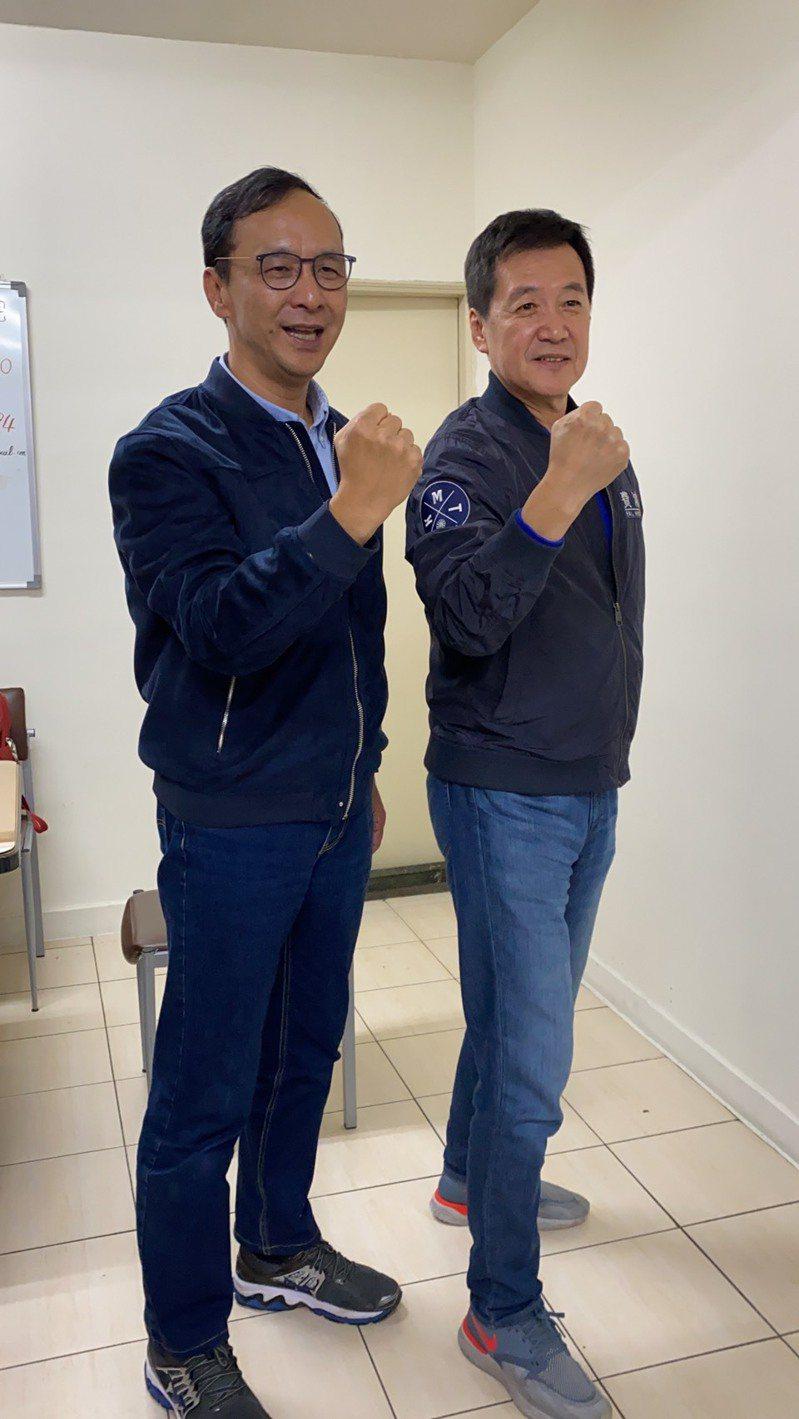 立委費鴻泰(右)明天將參加台北馬拉松半馬路跑。圖/費鴻泰提供
