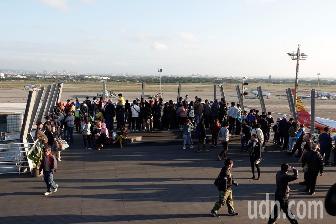 桃機第二航廈觀景台下午開放民眾試體驗,大批民眾搶到觀景台的最前端,希望近距離觀賞...