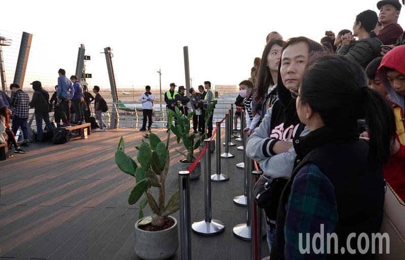 桃機第二航廈觀景台下午開放民眾試體驗,沒想到開放不到兩小時,就在航警建議下,在最前端拉起紅龍繩管制,民眾只能隔著繩子望機興嘆。記者鄭超文/攝影