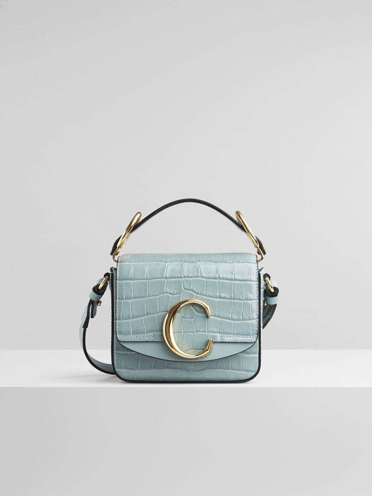 Chloé的Mini Chloé C bag鱷魚皮壓紋款式也有薄荷淡綠色。圖/取...