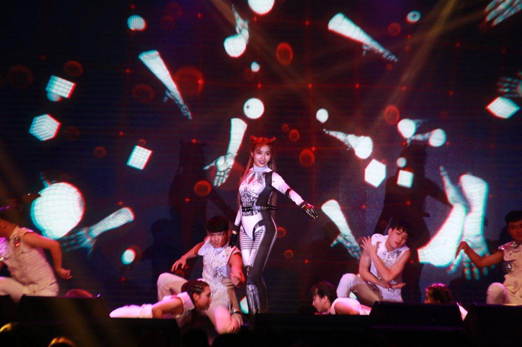 小嫻穿著太空裝勁歌熱舞。記者李姿瑩/攝影