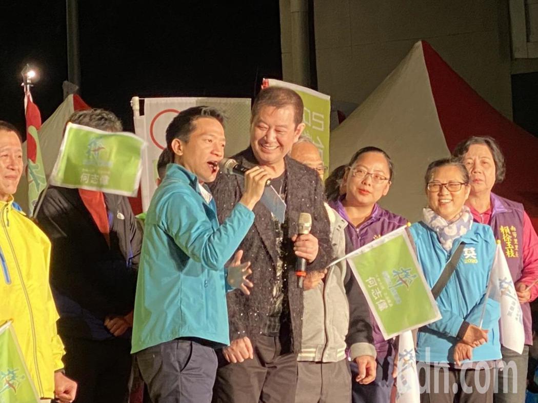 民進黨台北市第2選區(士林、大同)現任立委何志偉(左1)今晚在大同區保安宮舉行「...
