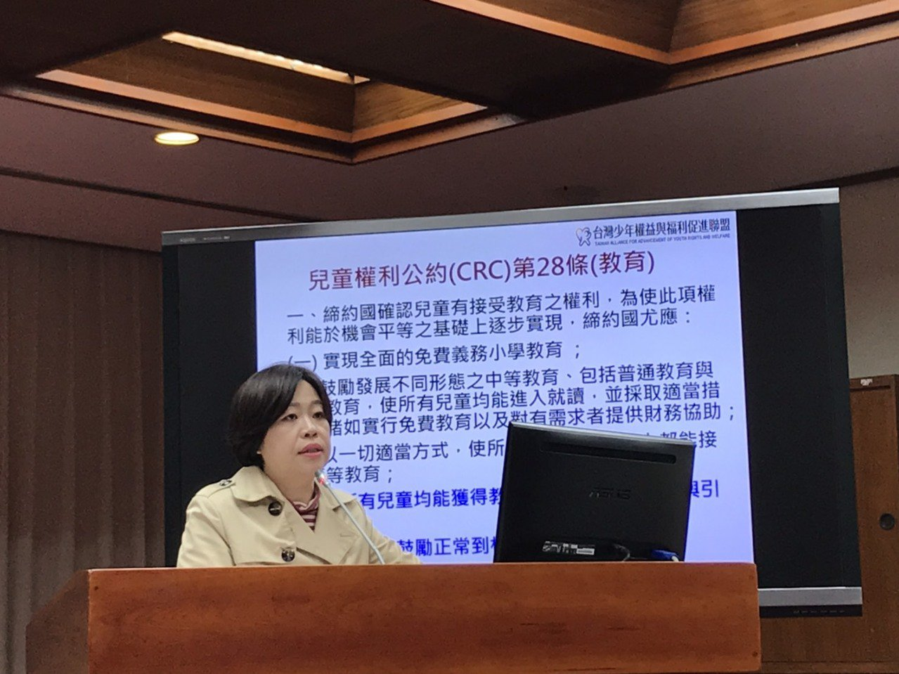 台灣少年權益與福利促進聯盟秘書長葉大華出席立法院中介教育公聽會。記者潘乃欣/攝影