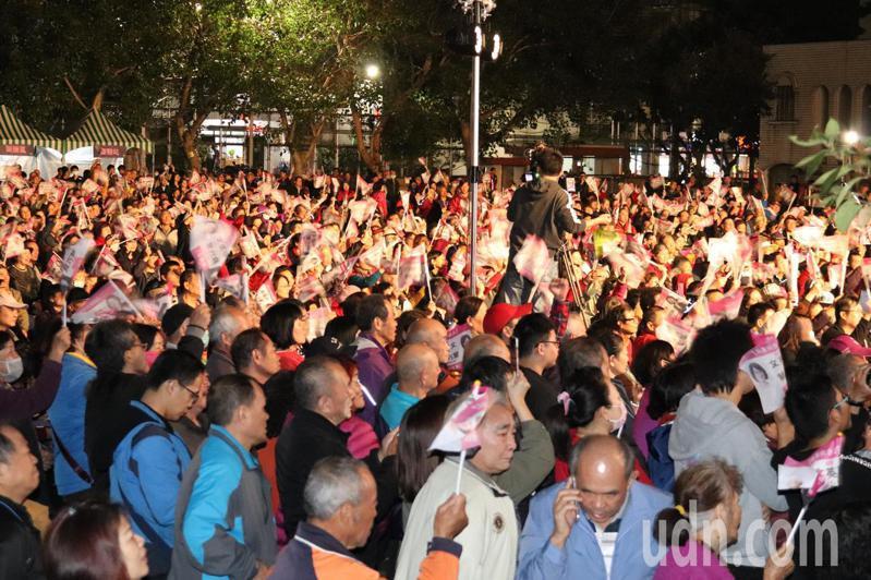 民進黨立委候選人吳秉叡及蘇巧慧舉辦「新北群英會」,吸引大批支持者到場。記者胡瑞玲/攝影
