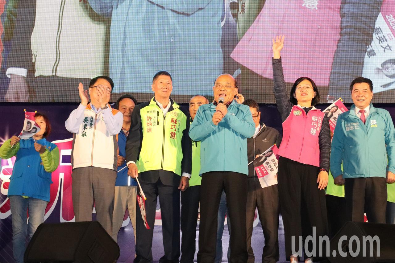 行政院長蘇貞昌(中)今出席吳秉叡及蘇巧慧舉辦「新北群英會」。記者胡瑞玲/攝影