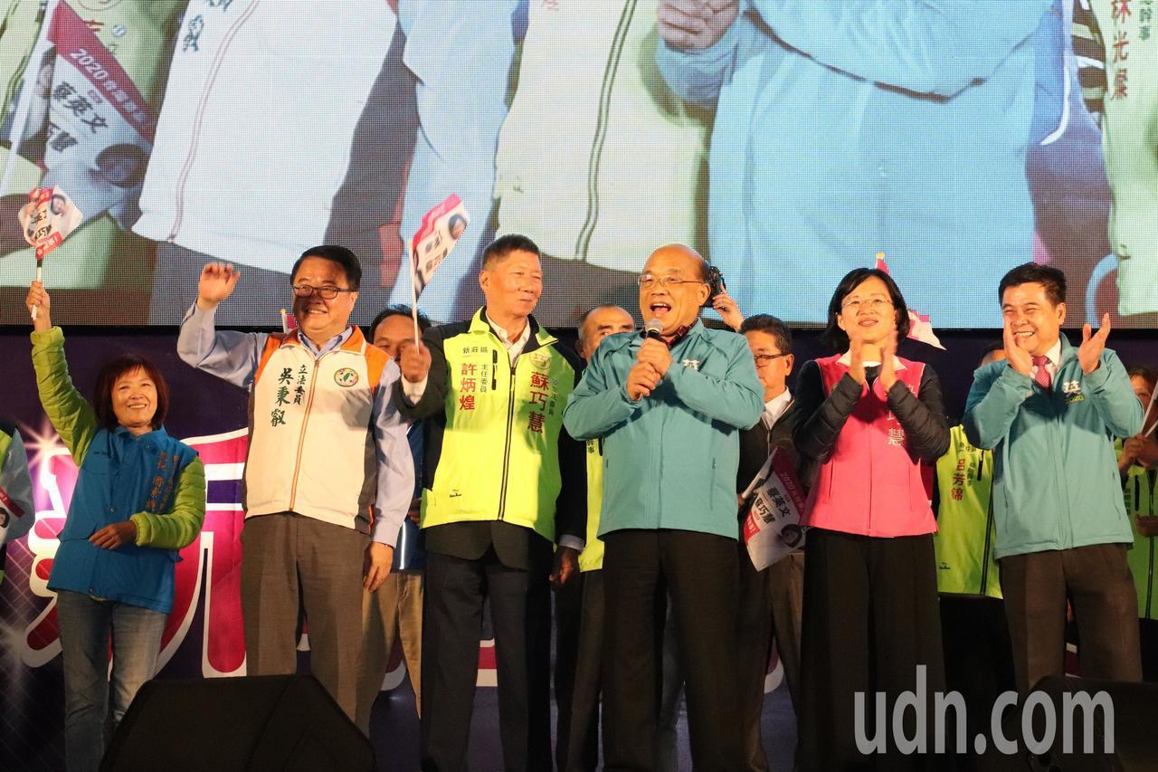 行政院長蘇貞昌(中)自嘲自己是全台灣最出名的顏面神經麻痺的人。
