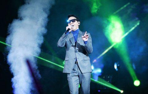 香港天王黎明出道33年,今晚首度登唱台北小巨蛋,舉辦「黎明Leon Metro Live 2.0演唱會」,共吸引1萬名粉絲朝聖,票房約3300萬;不同一般歌手開場氣勢磅礡,黎明穿著鐵灰色西裝、手拿麥...