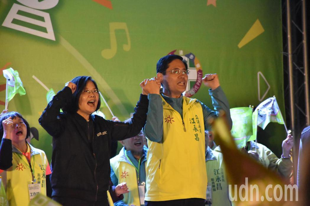 總統蔡英文(左)今天晚上出席新北群英會中和場,與新北第八選區立委參選人江永昌(右...