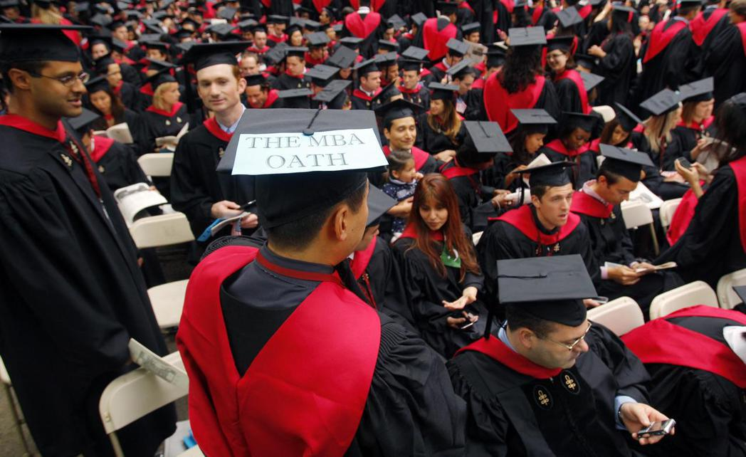 近十年來日本到美國名校修習MBA課程的學生人數,幾乎腰斬。  路透