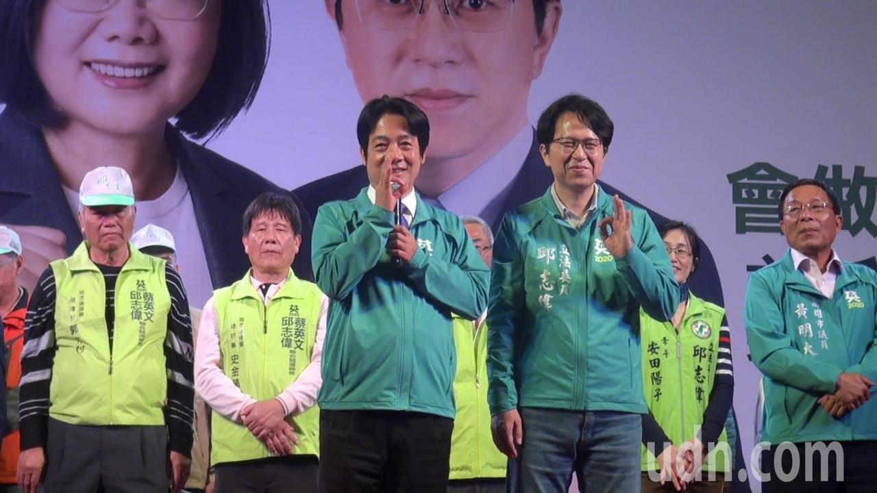 賴清德(左)今晚替邱志偉站台時自曝,觀音佛祖也支持三號。記者王昭月/攝影