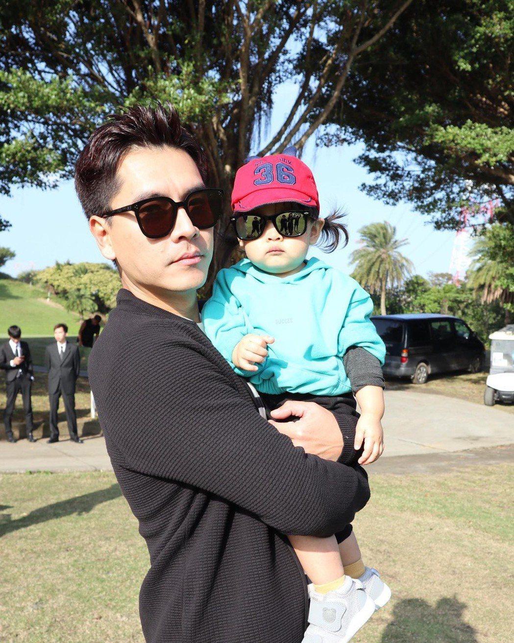 王傳一抱著女兒「胖胖」,父女戴墨鏡酷樣超萌。圖/摘自臉書