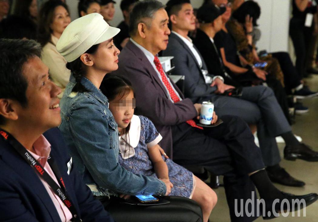 王泉仁出席 TEDxNeihu活動上台演講「即時定點分子診斷」,父親王文洋(中)...