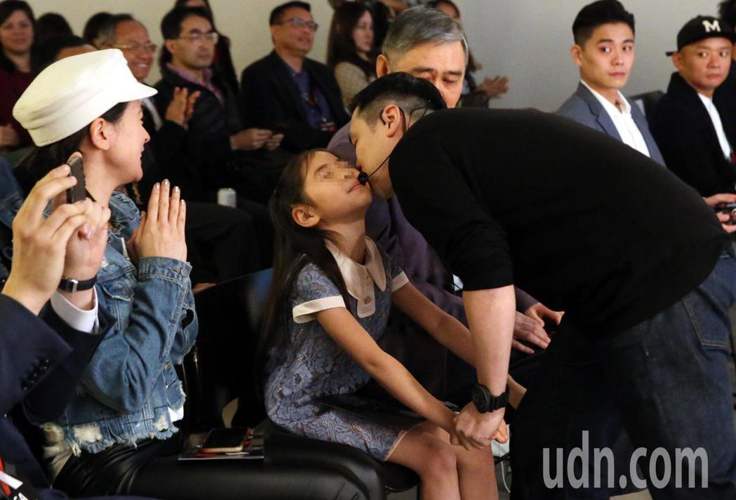 王泉仁(右)出席 TEDxNeihu活動上台演講「即時定點分子診斷」,父親王文洋...