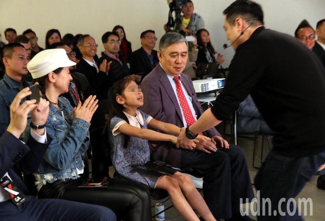 王泉仁(右)出席 TEDxNeihu活動上台演講「即時定點分子診斷」,父親王文洋
