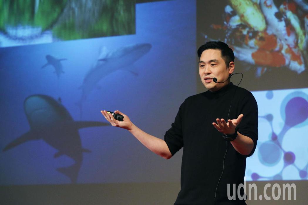 王泉仁(右)出席TEDxNeihu活動上台演講「即時定點分子診斷」,父親王文洋、...